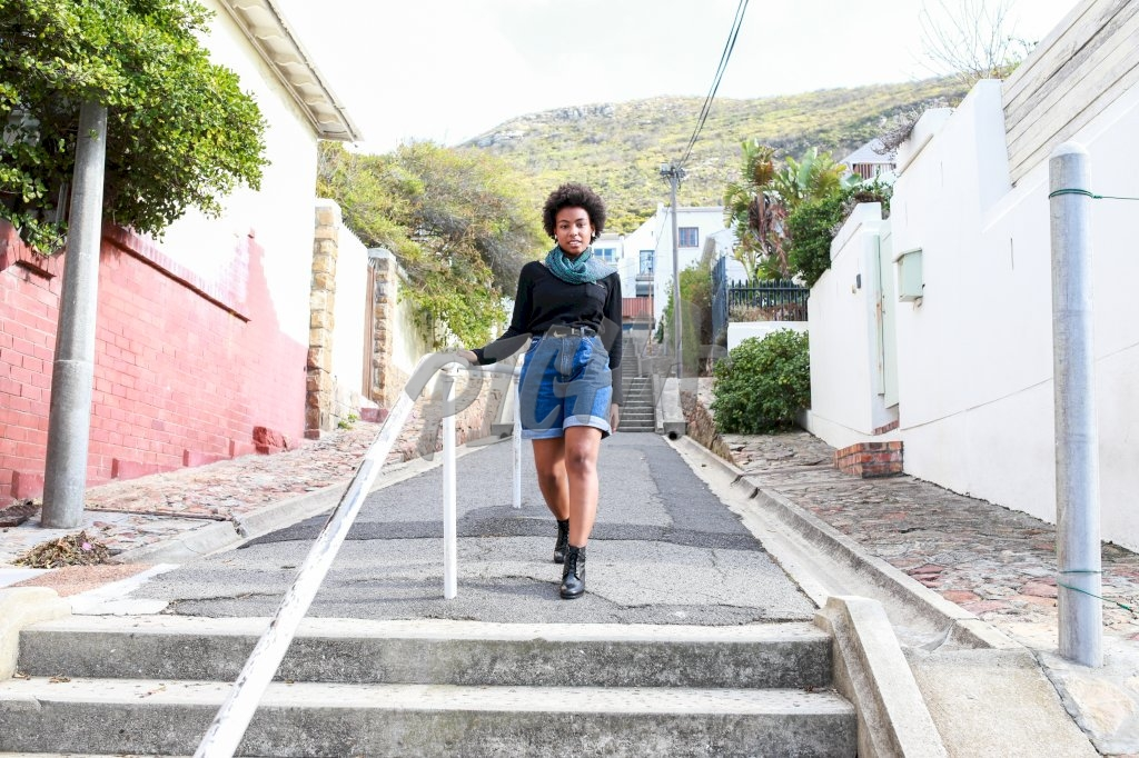 Mulher afro andando