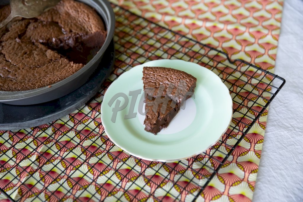 Fish stew with okraChocolate cake on a green plate