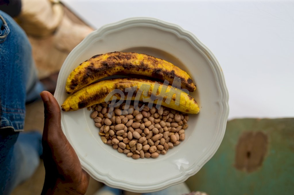 Roasted plantain and peanuts