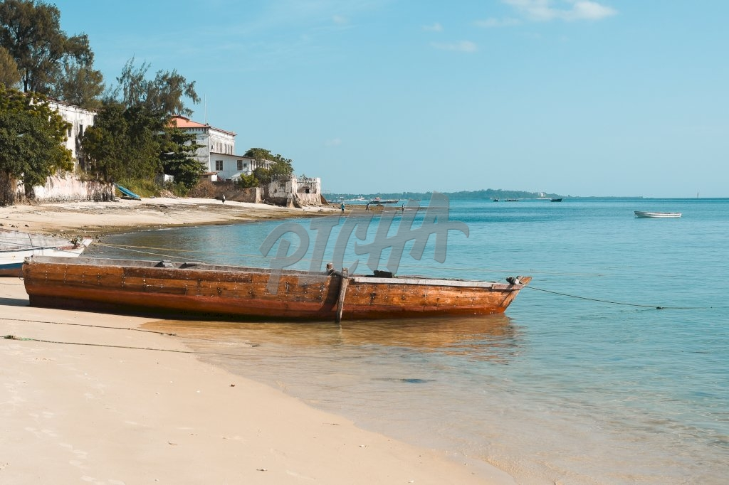 Lone boat lays anchored on the shoreline