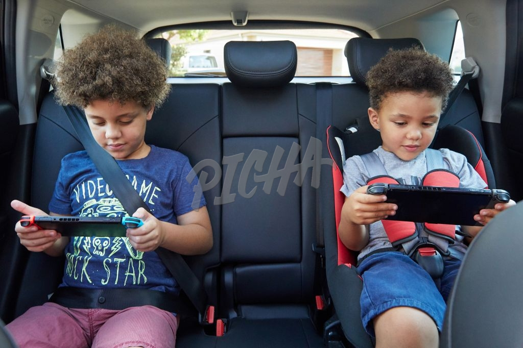 Kids gaming in the car