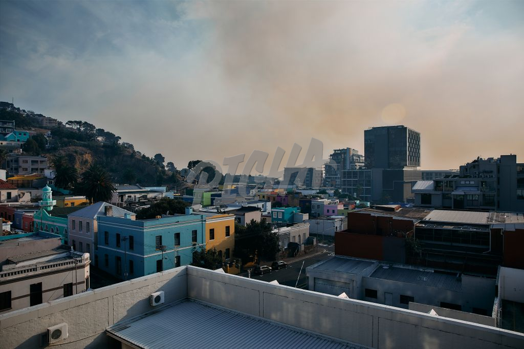 Smoke hanging over Cape Town CBD from Rhodes and UCT fires